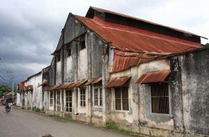 Bangunan tua tak terawat